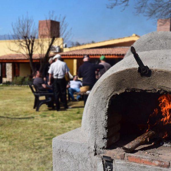 Espacio con barra, asadores, horno de barro, horno chileno y fogón para asado a la llama, ideal para reuniones y eventos